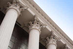 Beautiful-columns-of-the-capital-on-the-facade-of-the-historic-building-671017882_2125x1414