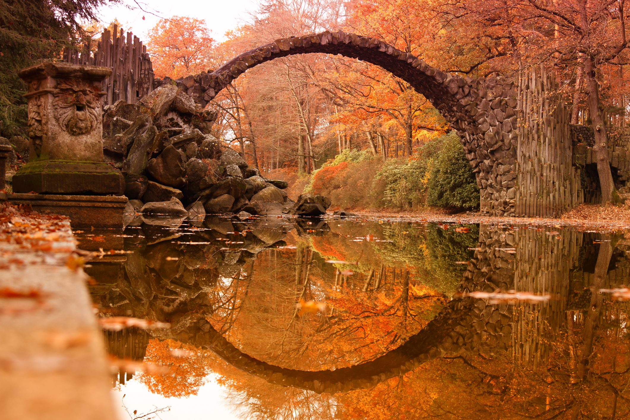 Rakotz-bridge-(Rakotzbrucke,-Devil's-Bridge)-in-Kromlau,-Saxony,-Germany.-Colorful-autumn-622528828_2125x1416